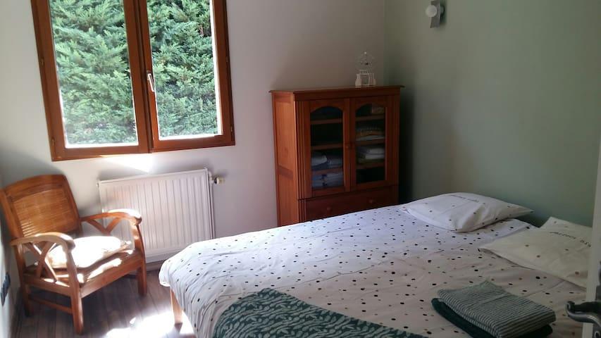 Chambre privée dans maison face aux montagnes