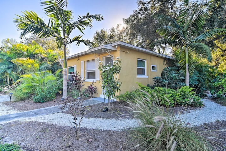NEW! 'Cozy Palms Oasis' ~ 4 Miles to St Pete Beach