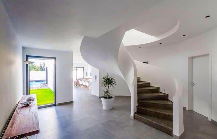 Villa moderne avec jardin et piscine