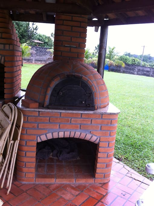 Quiosque com churrasqueira e forno de pizza
