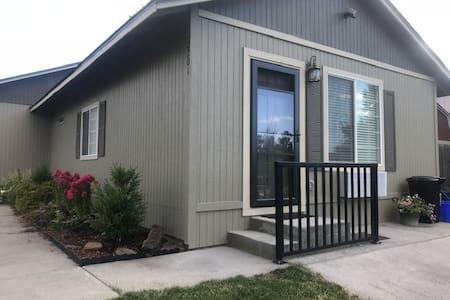 Redmond Retreat - stylish studio with full kitchen