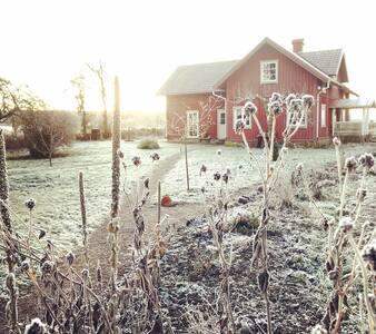 Artistic house; walking distance of Lake Hornborga