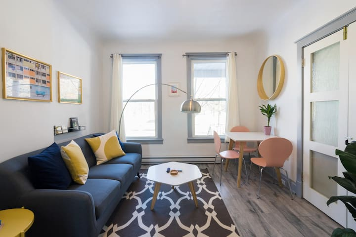 Stylish & Sunny 1BR in Trendy Bellwoods/ Ossington
