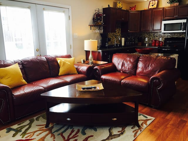 Private 2BR Attached Apartment - Richmond - Apartamento