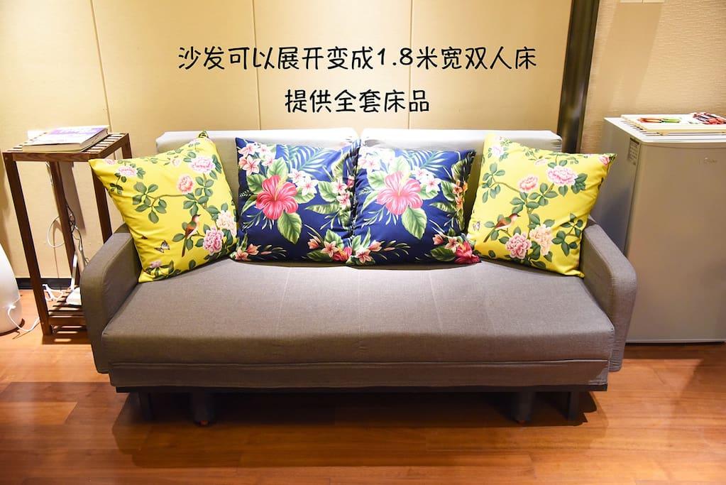 沙发可以打开成床,提供床品,可住2人。