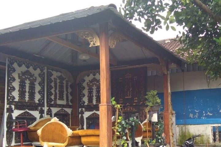 Chit-chat hut