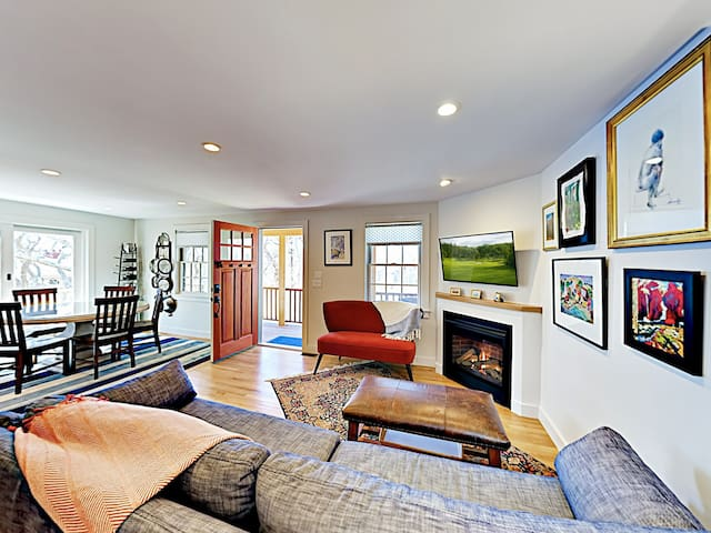 Town Hill Retreat, Walk to Commercial Street!