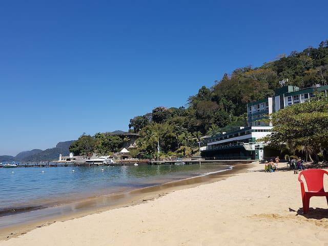 Praia com condomínio ao fundo