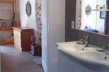 SDB spacieuse donnant sur la chambre (WC et douche à l'italienne)