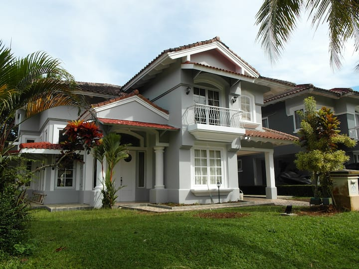 Refurbished Villa walkable from Carita Beach