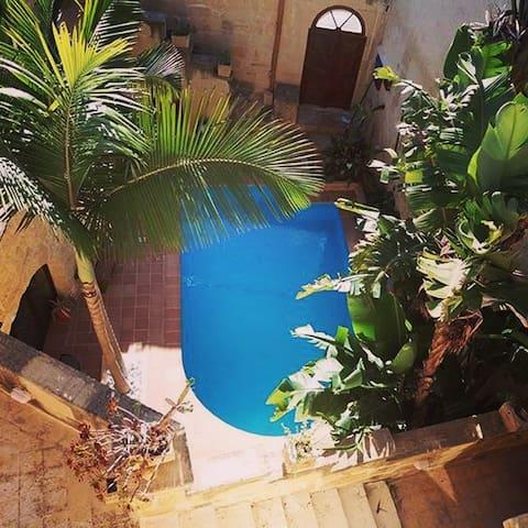 Traditional Farmhouse with pool - Għarb - Hus