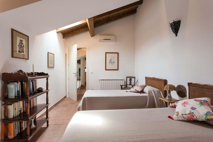 Pompelmo's twin bedroom