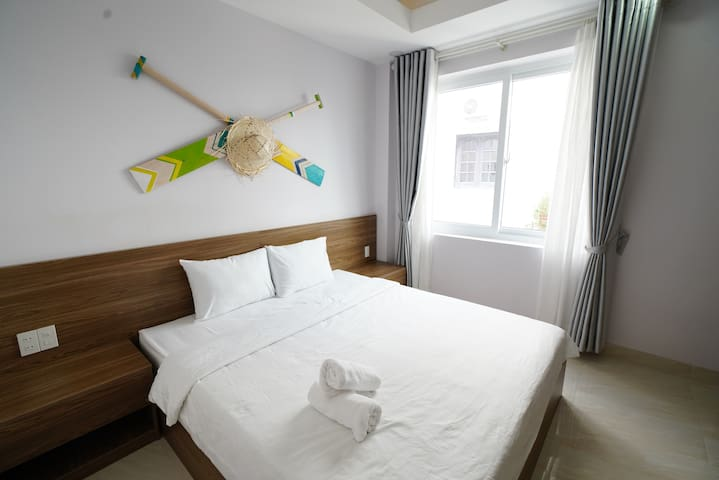 Private Deluxe King-bed room - 5 mins to beach