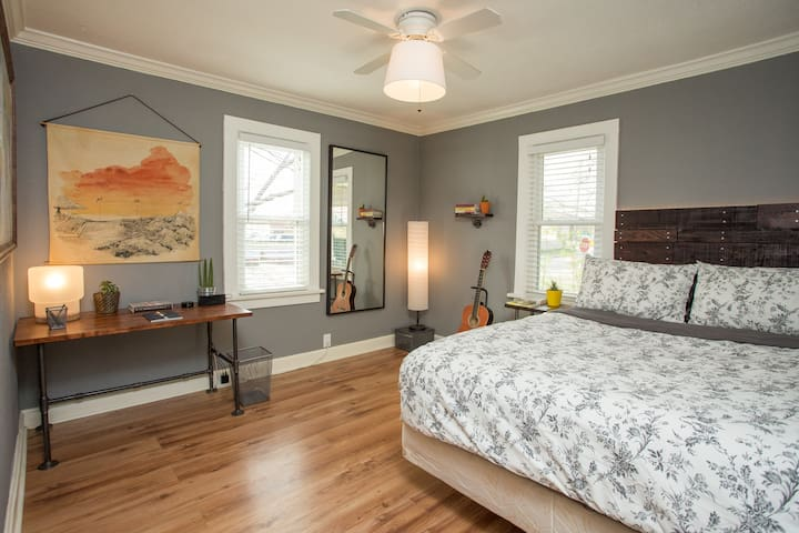 Cozy Bungalow next to the best hot spots in KC! - Kansas City - Casa