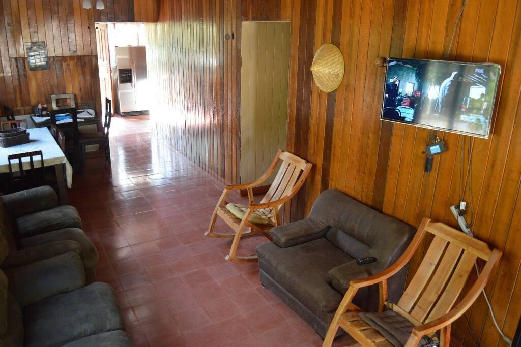 Un acogedora sala con televisión por cable y comedor.