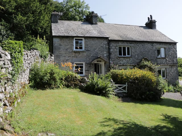 COACHMANS COTTAGE, romantic in Witherslack, Ref 962004