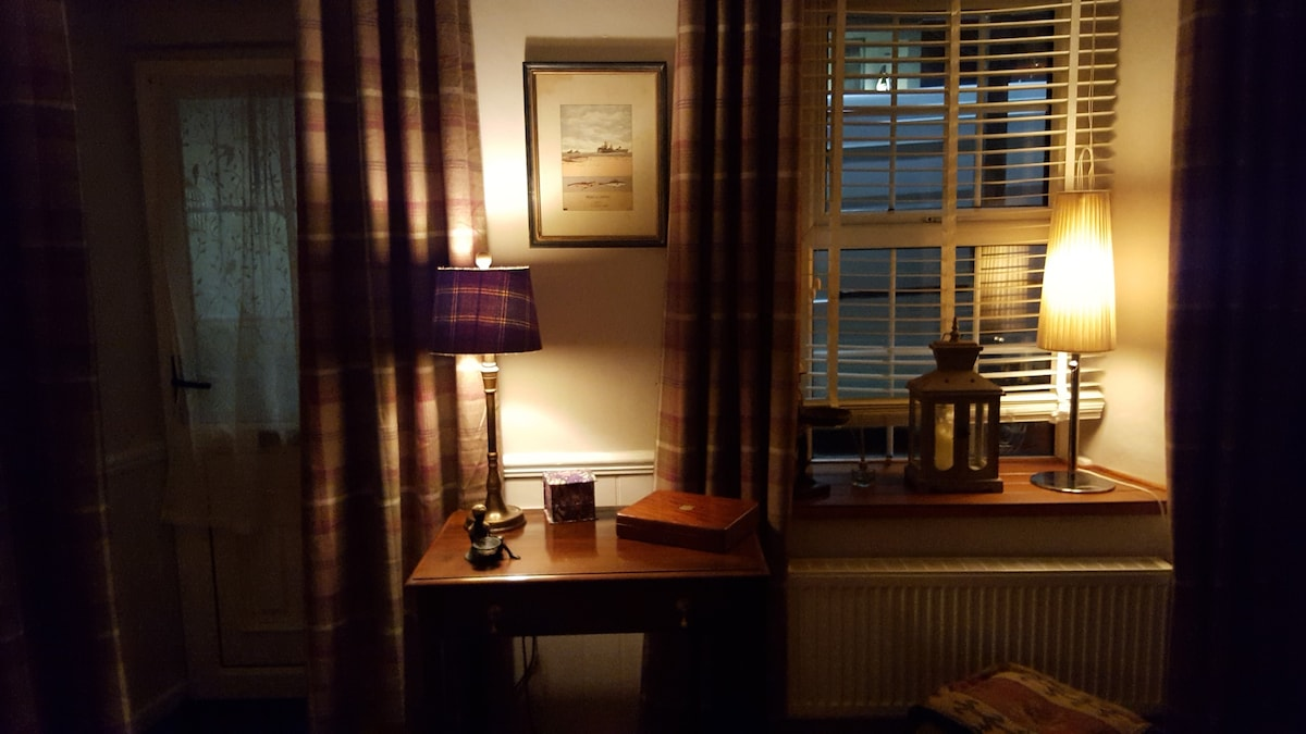 Sitting room evening ambience Clancyu0027s Cottage