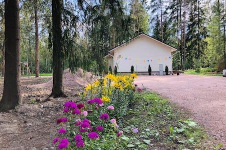 Яркий и Новый Дом в Природе