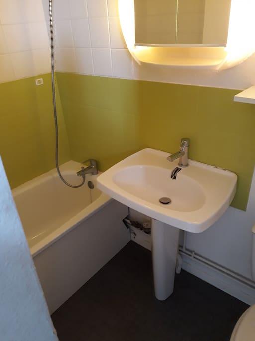 Une petite salle de bains avec baignoire cependant...