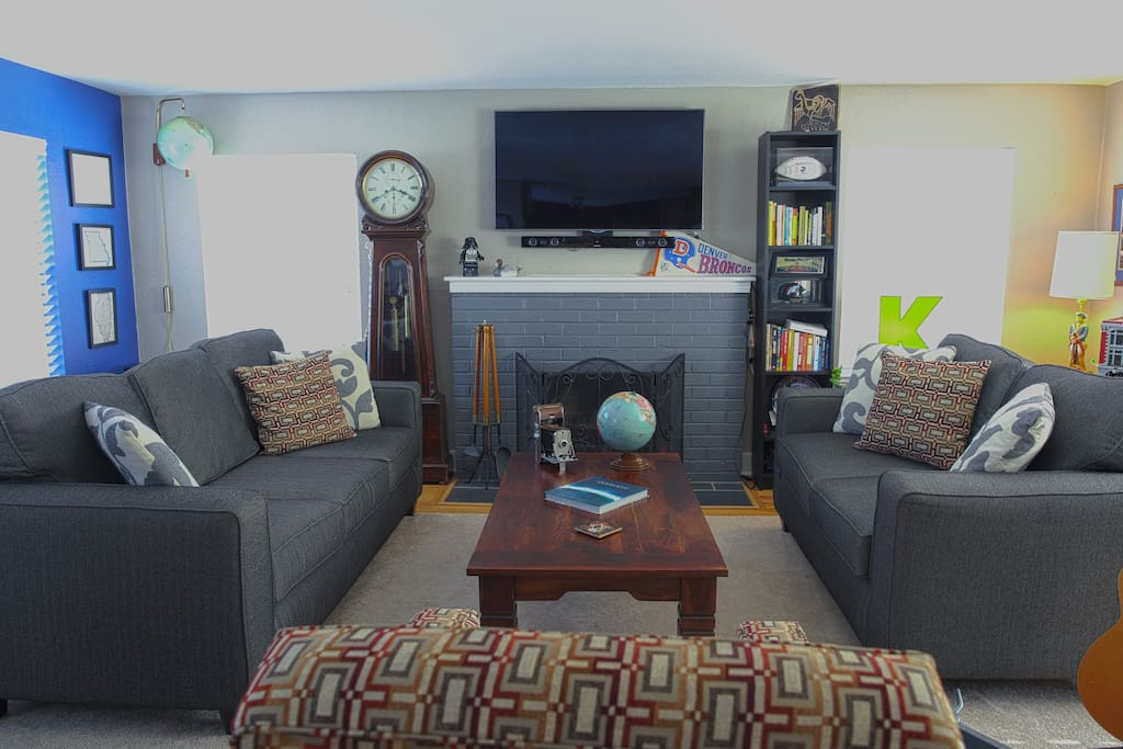 Living room with books and games to play!
