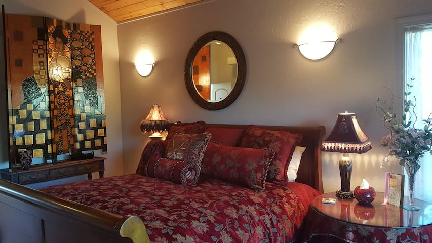 Private Suite at Querencia- minutes from Murphys