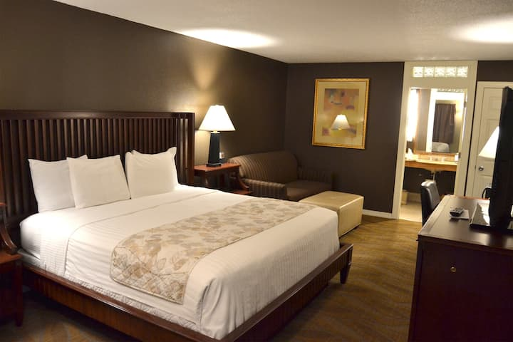 Cascades Inn, Private Entrance Deluxe King Rm w/sofa bed, Private Bath, Near IU!