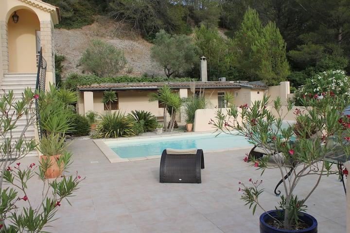 Logement agréable, fonctionnel avec piscine