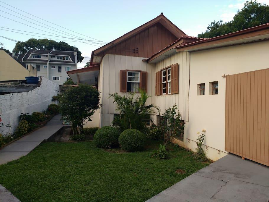 Vista da entrada da propriedade. A hospedagem fica nos fundos da casa principal, usada como escritório.