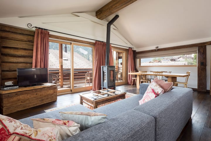 Spacious 2 bedroom ski chalet, 5 min walk to lift