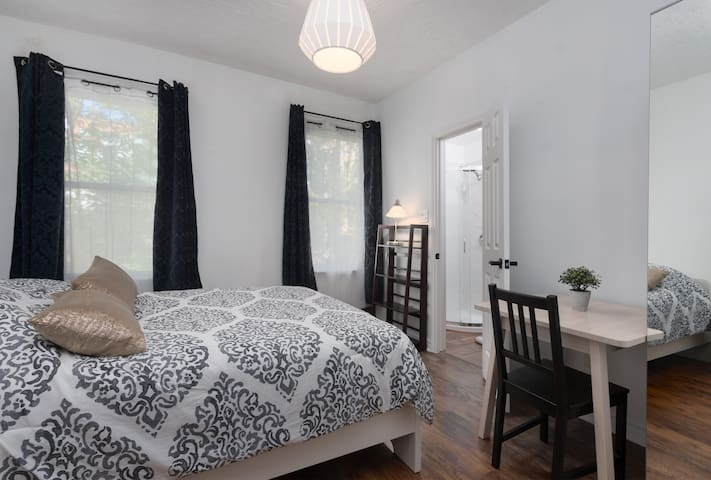 Private Room with Ensuite Washroom - Downtown!