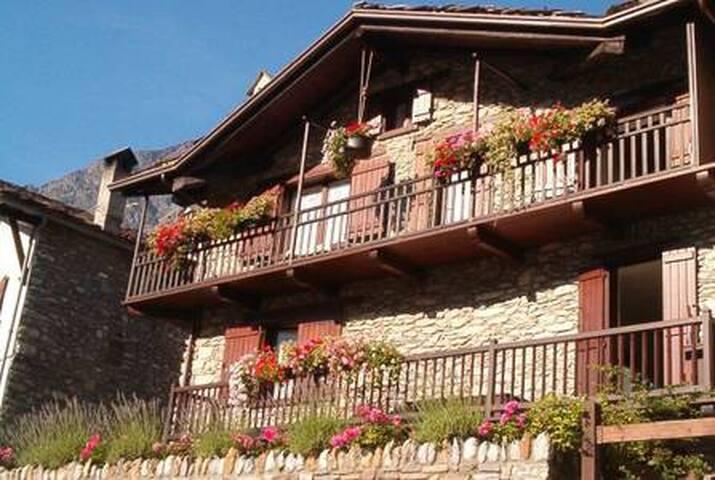 Vista estiva della casa. Dai balconi una spettacolare vista sulla catena del Monte Bianco e sulla valle di Courmayeur