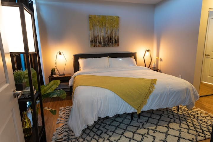 Uptown Vibes Condo- King bed, pool, great location