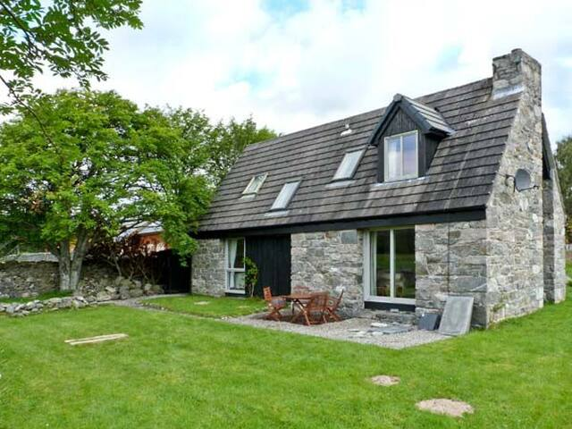 INSHCRAIG, family friendly, with open fire in Kincraig, Ref 10386