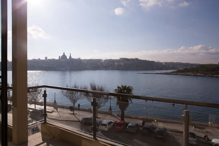 Outstanding Seafront Apartment Sliema - Sliema - Apartment