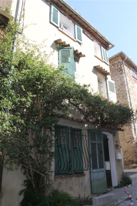 Outside view: Beautiful town house, in the centre of Saint Tropez. All restaurants and shops right on your doorstep!! 10min walk from the beach.
