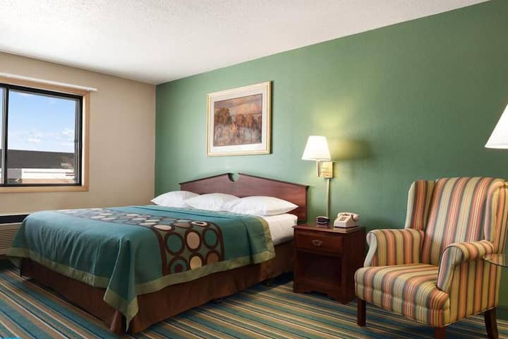 Sky-Palace Inn & Suites New Richmond - 1 Queen Bed Non-Smoking