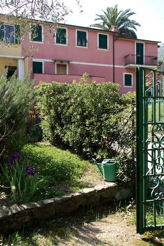 Live like a local in 5 terre - Levanto - Hus