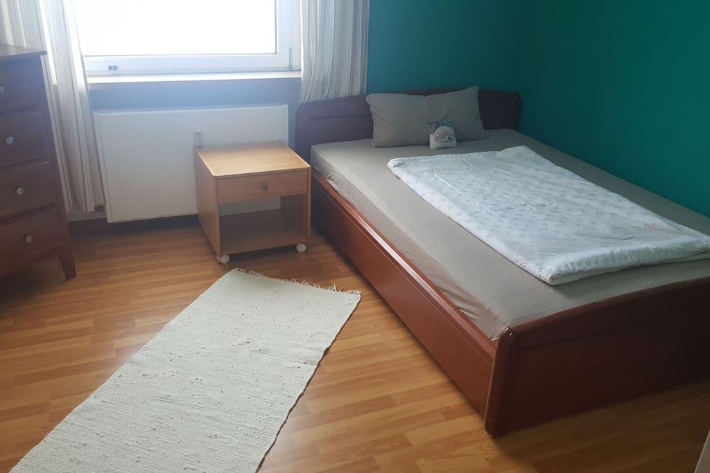 Bequemes Doppelbett (1,60m x 2m)