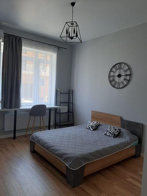 Сдаётся симпатичная однокомнатная квартира 33 м² в 10 минутах от пляжа. Просторная, светлая и чистая для комфортного сна и отдыха.  Расположена в спальном районе города Анапа, где Вас не будет утомлять музыка и толпы отдыхающих.