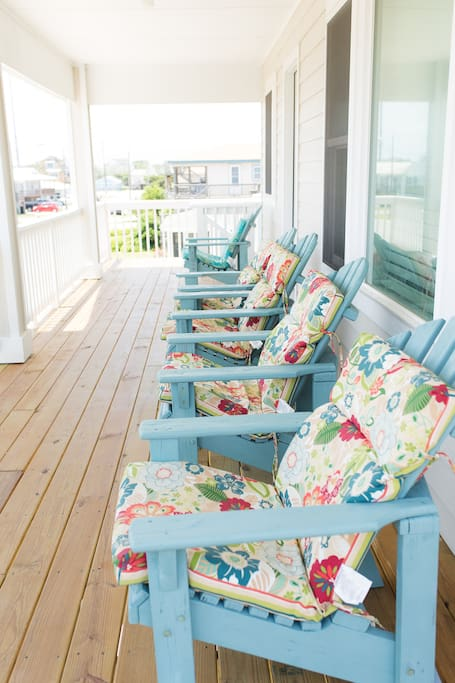 Covered front porch- enjoy the breeze of the Outer Banks