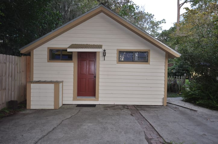 Quiet, clean cottage close to UF - Gainesville - Casa