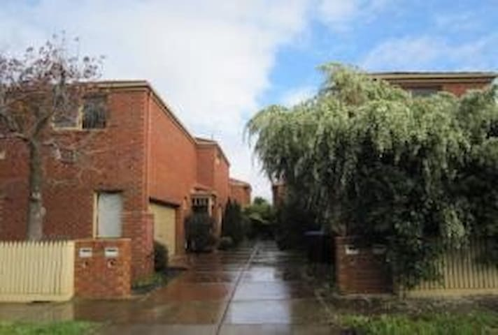 Modern townhouse ideal for shoppers - Malvern East - Ev