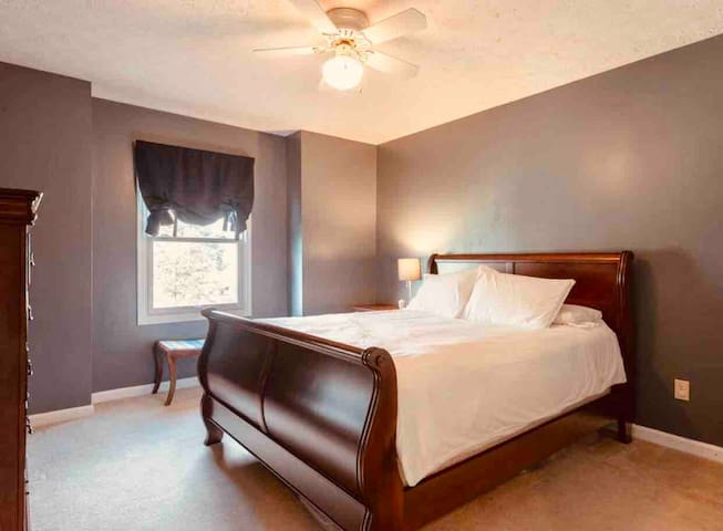 Beautiful queen bed private room in BTown