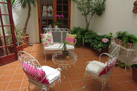 Cosy Semi-Basement Flatlet for 2 in a quiet area - San Gwann - Bed & Breakfast
