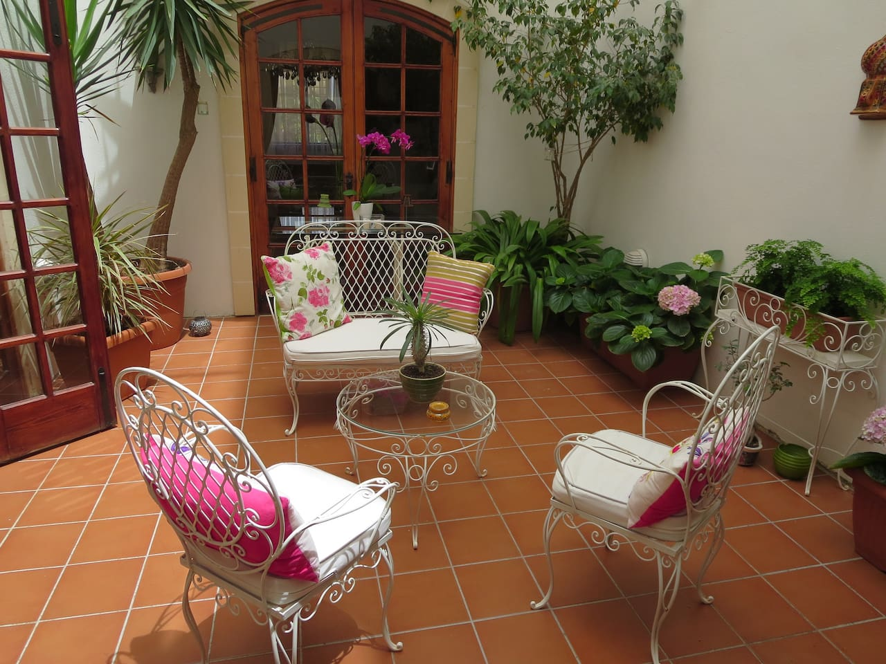 Sunny internal courtyard - a lovely and peaceful relaxation spot, ideal for reading, quiet coffee breaks or a glass of wine. Smoking is only permitted here.