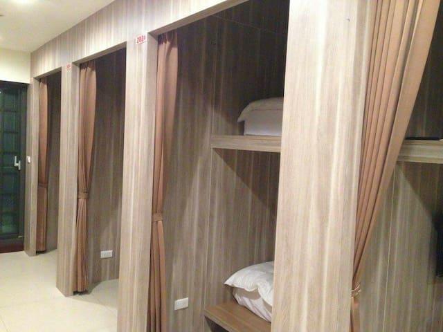 1.適合背包客與單車手居住的,合住式單人床,全新乾淨整潔,經濟又實惠。 - Linyuan District - Haus