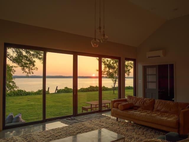 Waterfront Modern Home- Jacuzzi, Sauna, 1hr to DC
