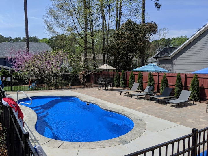Relaxing Raleigh Retreat w/HEATED POOL & Hot tub