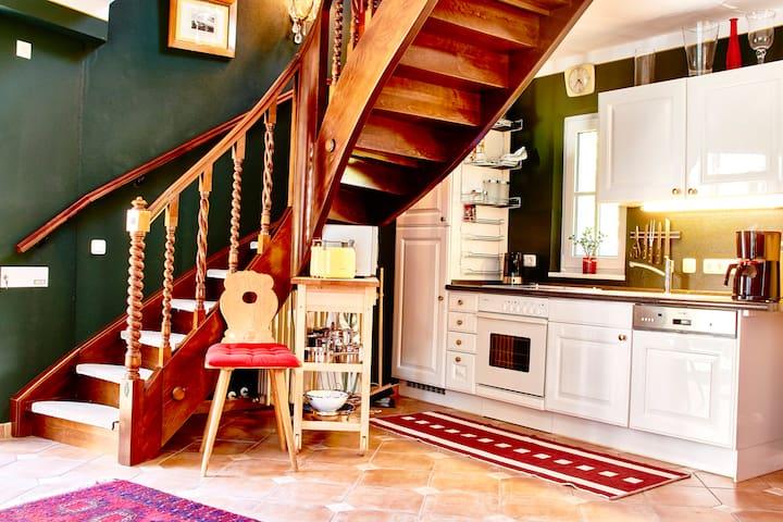 Die Küche mit Treppe nach oben in den Schlafbereich