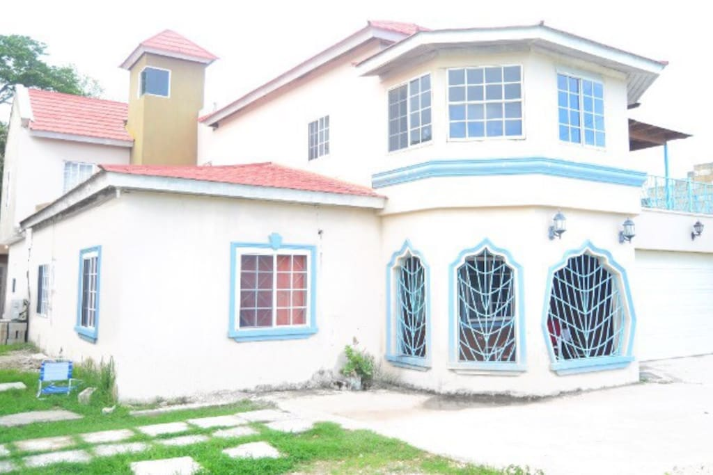 Angels mini mansion. Private pool: Jacuzzi, private bar, gazebo, large patios, balconies, king sized rooms and much more!